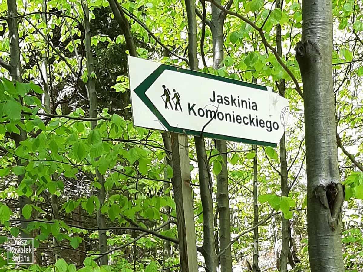 Drogowskaz do Groty Komonieckiego.