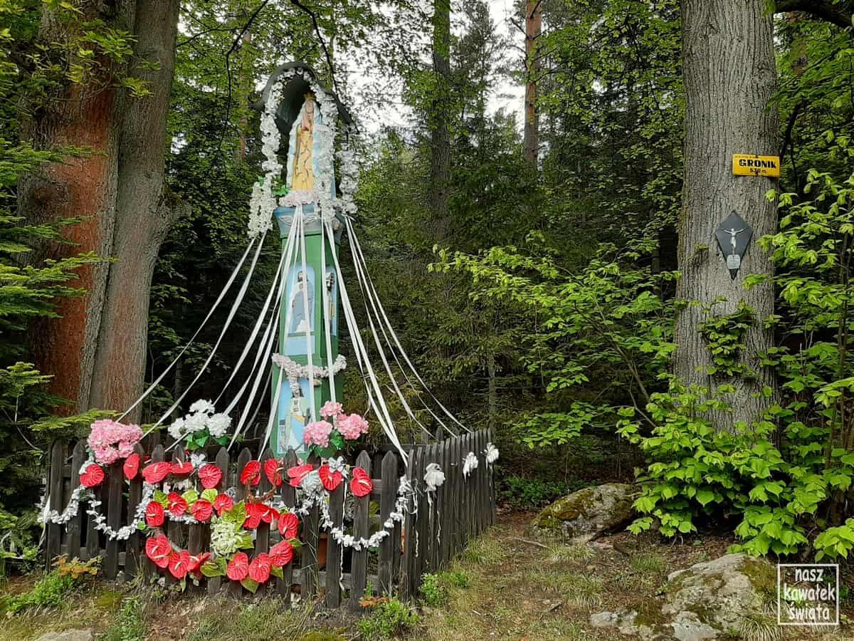 W drodze na Leskowiec. Gronik i kapliczka św. Barbary.