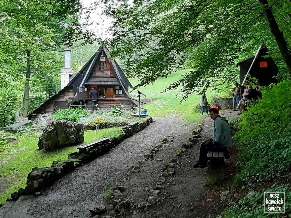 Kasa przed wejściem do Jaskini Wierzchowskiej.
