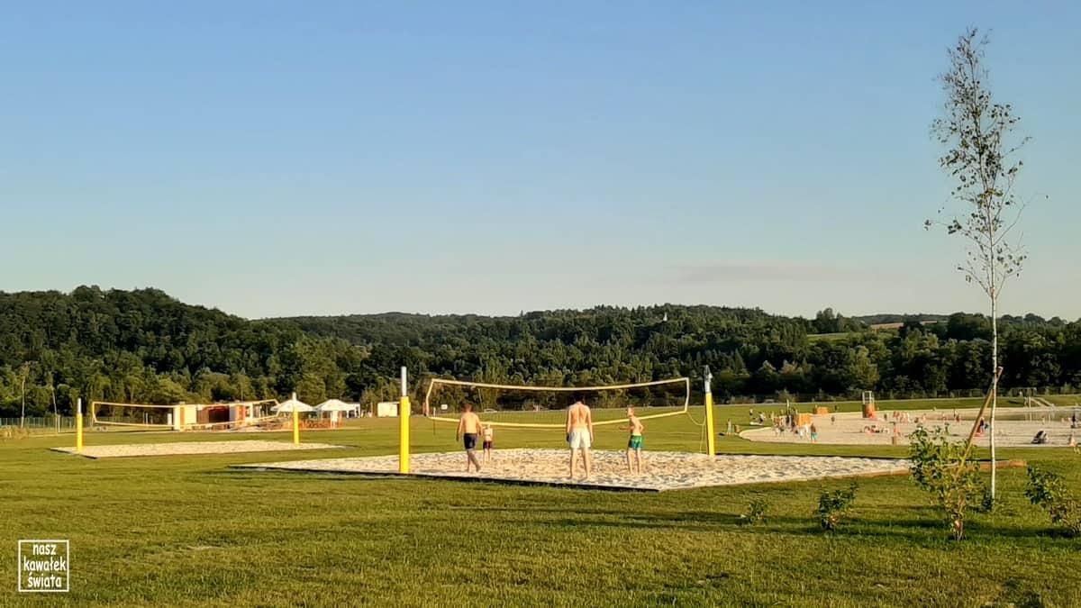 Kuter Port w Nieznanowicach. Boiska do gry w siatkówkę plażową.