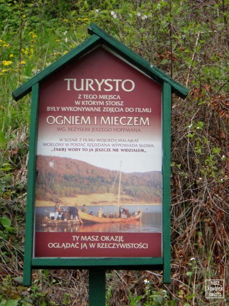 """Pamiątkowa tablica nad zalewem Klimkówka, w miejscu, skąd kręcono """"Ogniem i mieczem""""."""