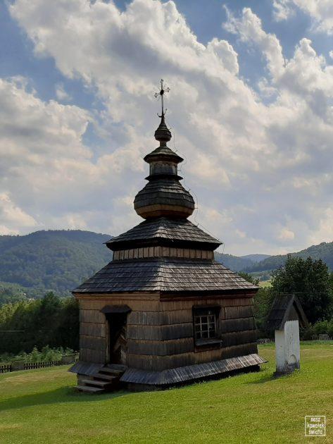 Kaplica cmentarna w Łosiu. Dawne prezbiterium cerkwi w zalanej wsi Klimkówka.