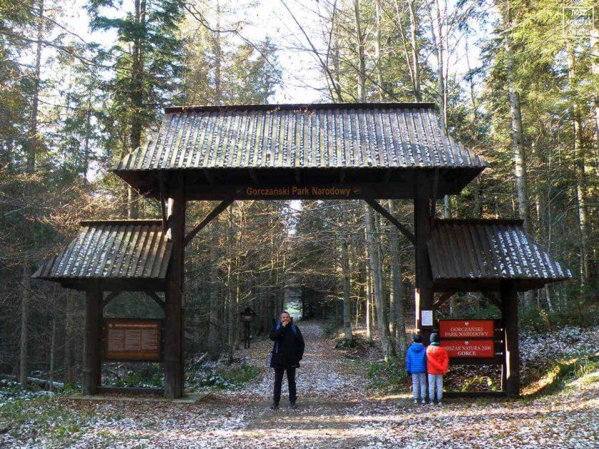 Wejście do Gorczańskiego Parku Narodowego w Jaszczach Małych