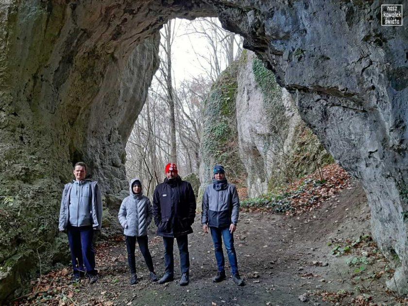 Wejście do Jaskini nad Matka Boską w Dolinie Mnikowskiej.