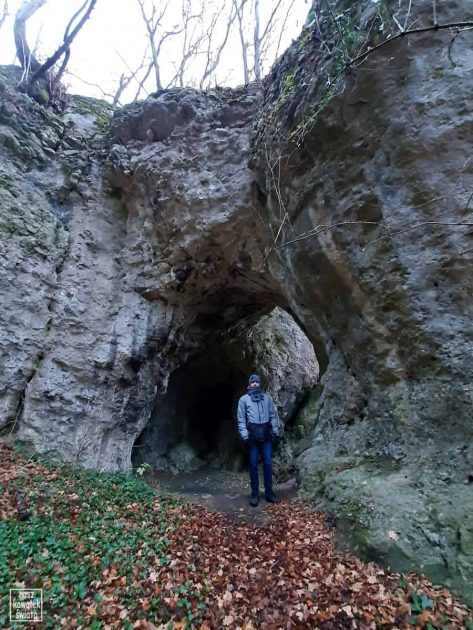 Wejście do Jaskini nad Matką Boską w Dolinie Mnikowskiej