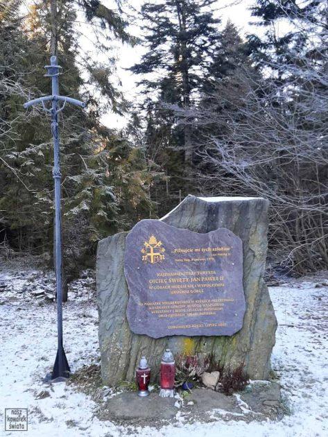 Tablica pamiątkowa koło Papieżówki, na polane Do Grabca