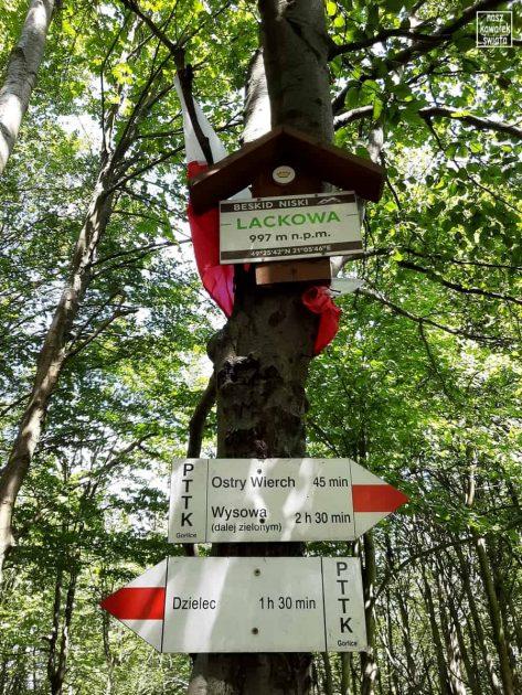 Lackowa - polska tabliczka na szczycie