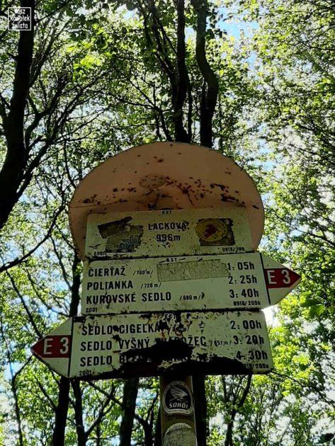 Lackowa - słowacka tabliczka a szczycie