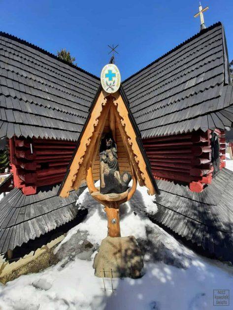 rzeźba przy kaplicy Matki Boskiej Leśnej Królowej Gorców
