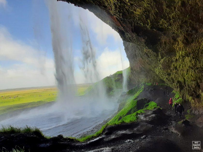 Przejście za wodospadem Seljalandsfoss